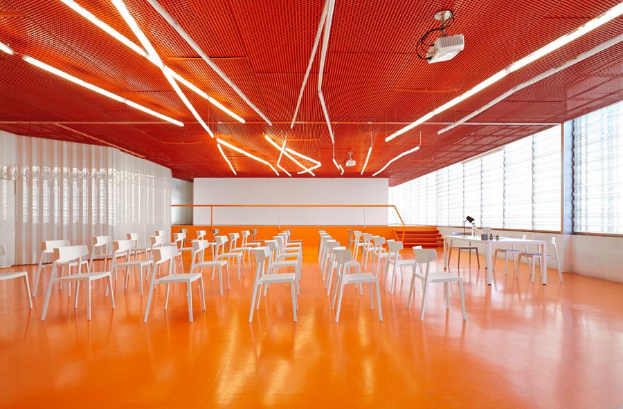 Chaise d 39 espaces collectifs design wing 2m mobilier bureau for Restaurant collectif