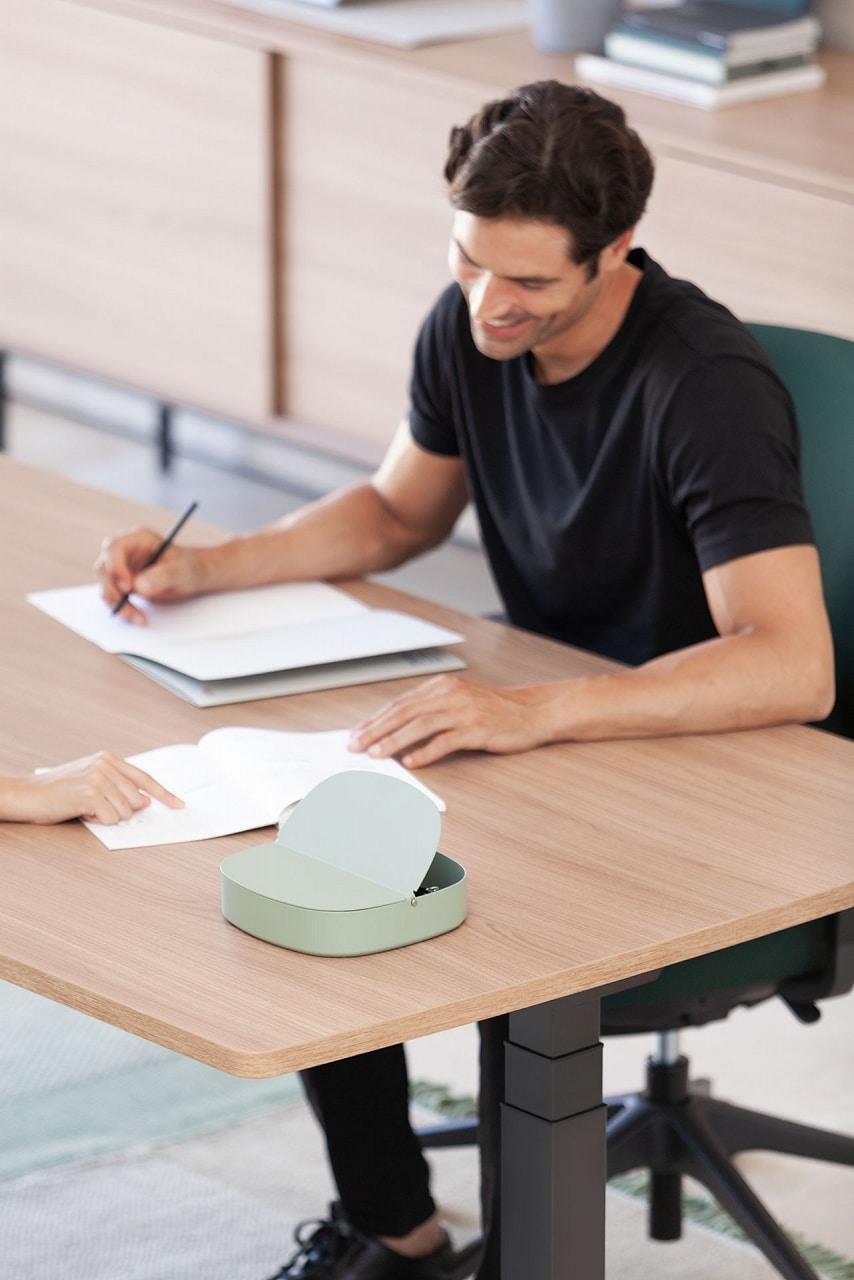 position assise devant un bureau
